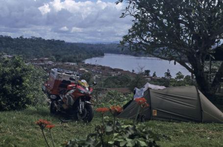 10 Motor Met Tent En Uitzicht Op De Cross River Bij Ikom In Nigeria