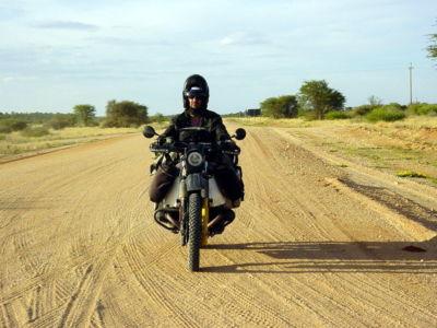 Namibie - Environs de Gobabis la piste du Kalahari moto R100GS JeanJacques